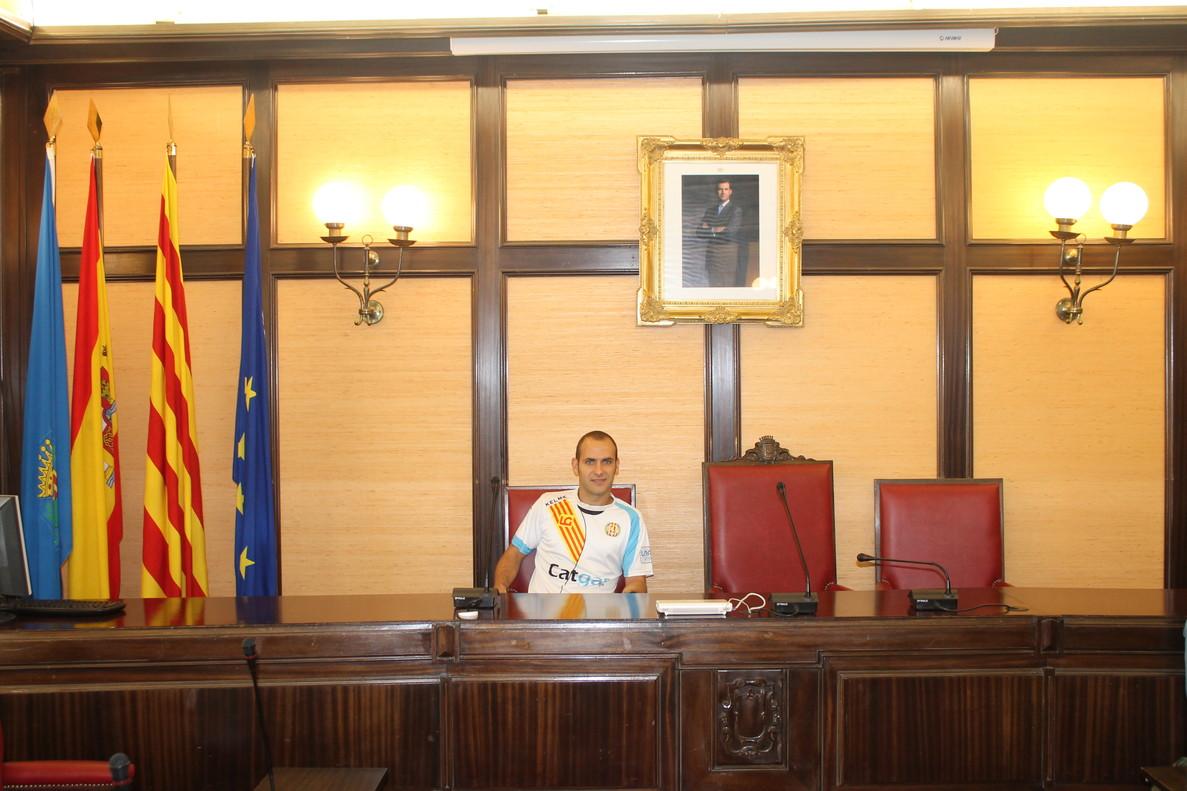 Dani Salgado en la sala de plenos del Ayuntamiento de Santa Coloma.