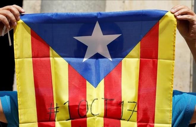 Una bandera independentista con la fecha del referéndum