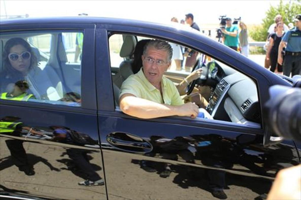 Francisco Granados abandona en un coche la prisión madrileña de Estremera, ayer.