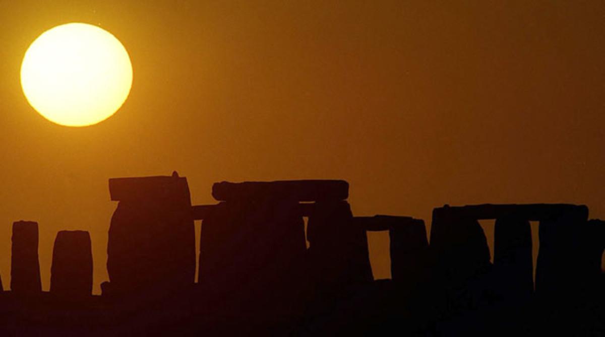 El Sol, sobre el monumento megalítico de Stonehenge (Reino Unido)