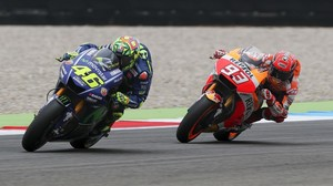Marc Márquez, persiguiendo, fuera de su moto, a Valentino Rossi.