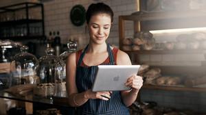 Una pequeña comerciante gestiona su negocio a través de un iPad