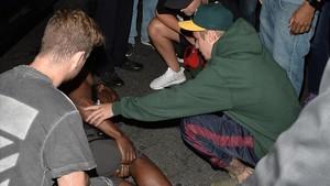 Justin Bieber, ayudando al paparazzi al que previamente había atropellado a la salida de una iglesia en Hollywood.