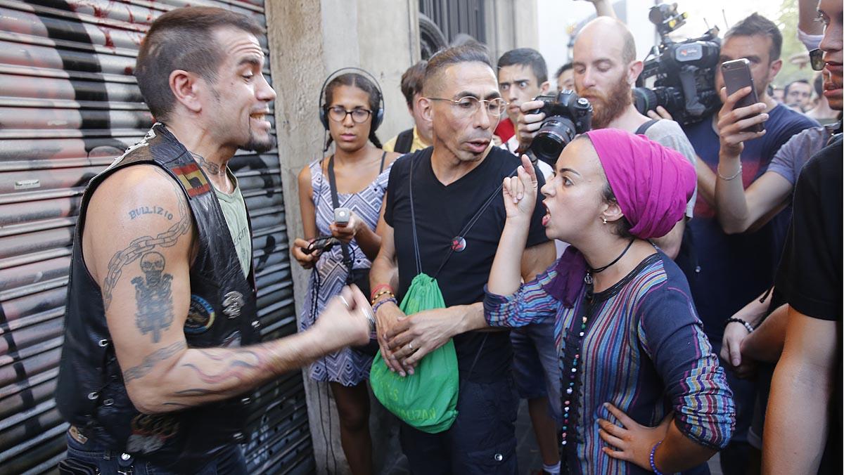 Vecinos se enfrentan a una concentración islamófoba junto a La Boqueria
