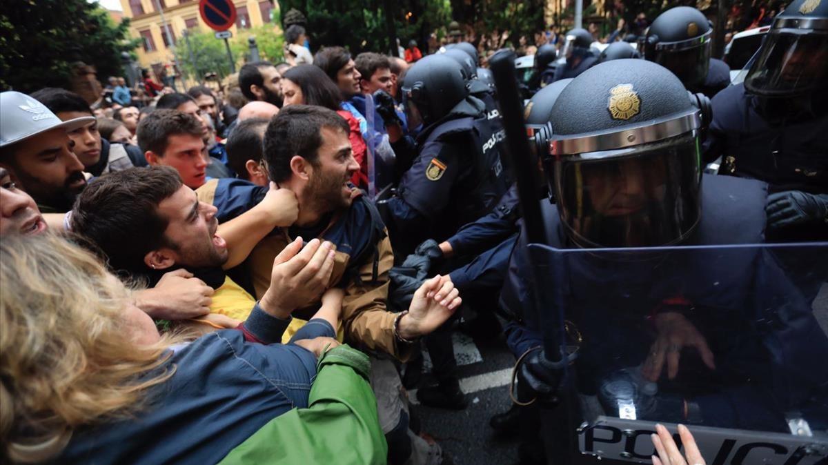Carga policial en el IES Ramon Llull