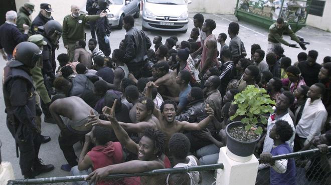 Els 496 emigrants que han assaltat la tanca de Ceuta, al CIE.