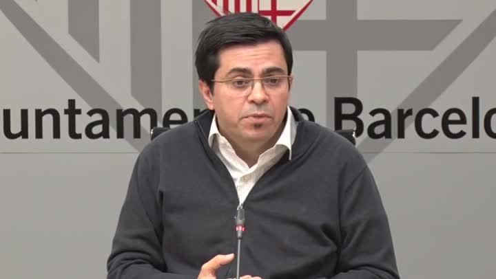 El primer teniente de alcalde, Gerardo Pisarello, y el regidor de Presidència, Eloi Badia, explican que el ayuntamiento de Barcelona creará una empresa funeraria municipal para reducir el precio del servicio en un 30%.