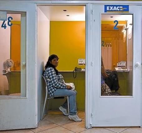 Locutorios y tiendas de telefonía lideran la oferta de inmigrantes