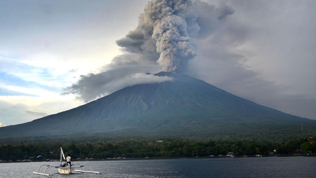 La erupción del Agung obliga a cerrar por segunda jornada el aeropuerto de Bali