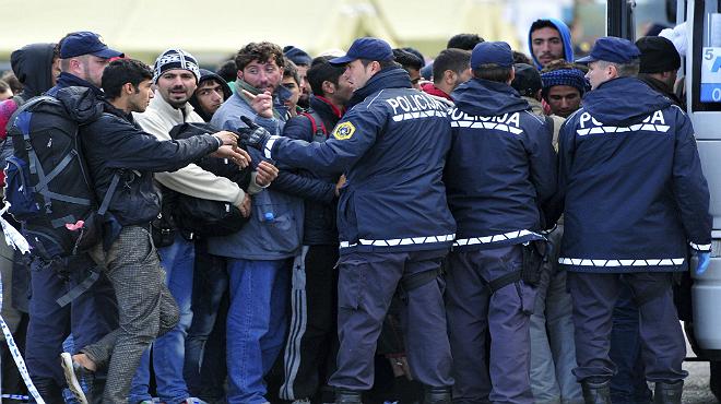 Eslovènia demana a la UE que li enviï policies per controlar el flux de refugiats