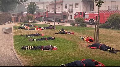 La foto que mostra l'extenuació dels bombers de Portugal