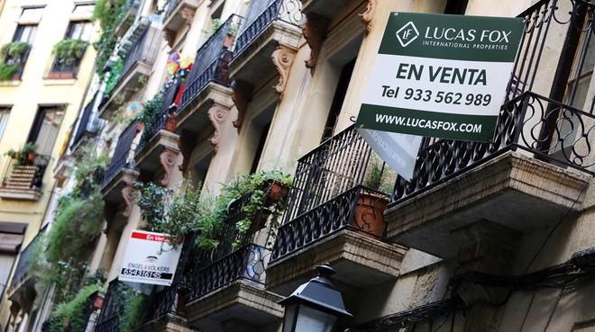 Anuncios de venta de pisos en un balcón.