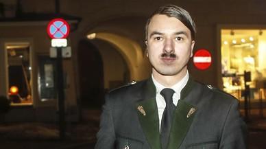 Detingut un home per passejar disfressat de Hitler a la localitat natal del líder nazi
