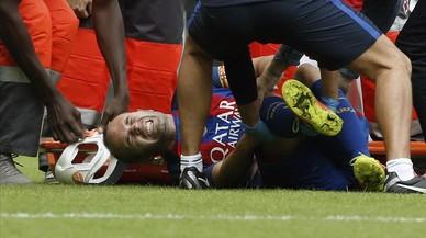 Iniesta se duele en el suelo tras sufrir la entrada de Enzo P�rez.