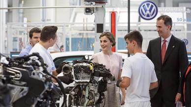 Los Reyes, durante la visita a la f�brica de Volkswagen de Pamplona.