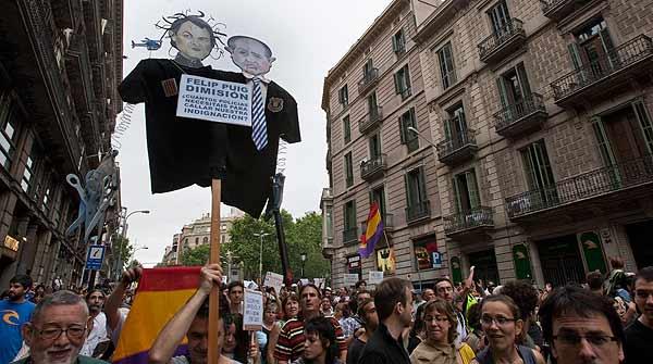 Desenes de milers d'indignats ocupen en pau els carrers d'Espanya