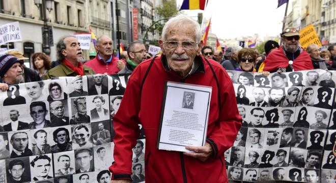 Un miler de persones clamen contra la impunitat del franquisme