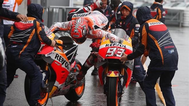 Marc M�rquez patina al cambiar de moto hoy en Brno.