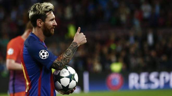 Messi se lleva el bal�n como manda la tradici�n por sus tres goles al Manchester City.