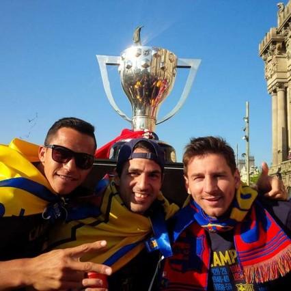 Messi con Cesc y Alexis en la rúa del Barça.