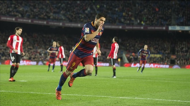 Su�rez celebra el primero de sus tres goles que marc� al Athletic en la Liga en el Camp Nou.