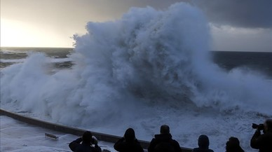 Una gran ola rompe en el Paseo Nuevo de San Sebastián, donde hoy se ha decretado la alerta naranja por fenómenos costeros.