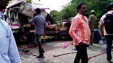 Moren quatre espanyols en un accident de bus a l'Índia