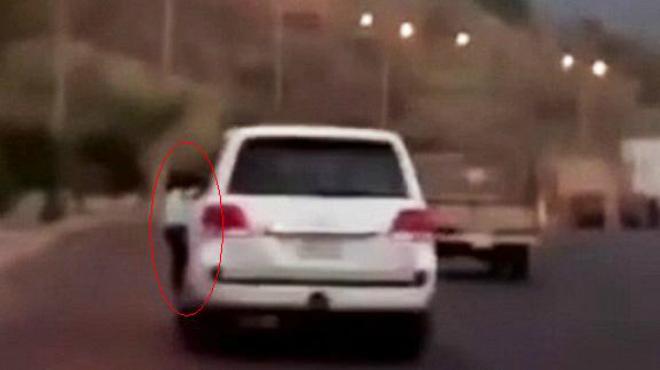Arrestat a l'Aràbia Saudita per conduir a 104 km/h amb la seva filla penjada de la finestreta