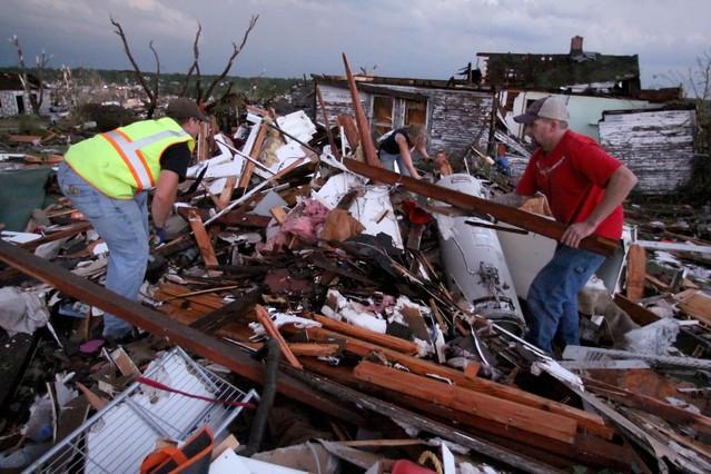 Unos voluntarios intentan socorrer a una mujer embarazada que ha quedado sepultada por escombros tras el tornado que ha asolado Joplin, en Misuri, EEUU. MARK SCHIEFELBEIN | AP