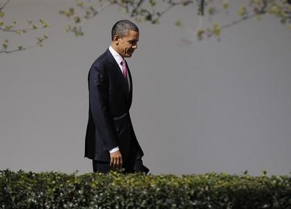 Obama vuelve a la Casa Blanca después de una conferencia en Washington.