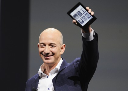 Jeff Bezos, consejero delegado de Amazon, sostiene el Kindle Paperwhite.