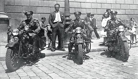 Tres miembros de la unidad motorizada, en Harley-Davidson, el ao 1936.