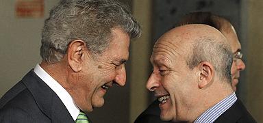 José Ignacio Wert (derecha) y Jesús Posada bromean en el Senado durante los actos del Día de la Constitución. EFE