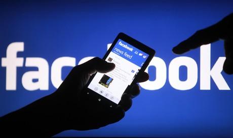 Un usuario utiliza Facebook desde un smartphone.