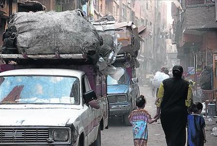 Los hombres se dedican a la recolección de residuos, y las mujeres y los niños los reciclan.