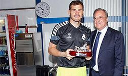 Casillas, con el trofeo recibido de manos de Florentino.