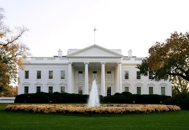 Otro hombre salta la verja de la casa blanca - Casas blancas bonitas ...