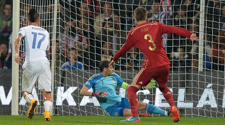 Piqu� observa a Casillas en la falta que supuso el primer gol de Eslovaquia ante Espa�a, el 9 de octubre en Zilina