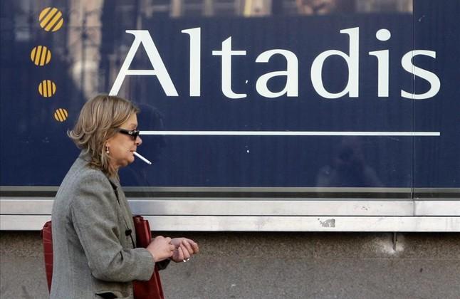 Una mujer camina ante las oficinas de Altadis en Madrid.