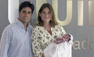 Francisco Rivera y Lourdes Montes posan con su hija Carmen, a las puertas del hospital donde nació en Sevilla, el pasado agosto.