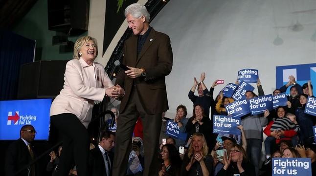 La candidata demócrata Hillary Clinton junto a su marido, expresidente de EEUU, en el caucus en Davenport (Iowa).