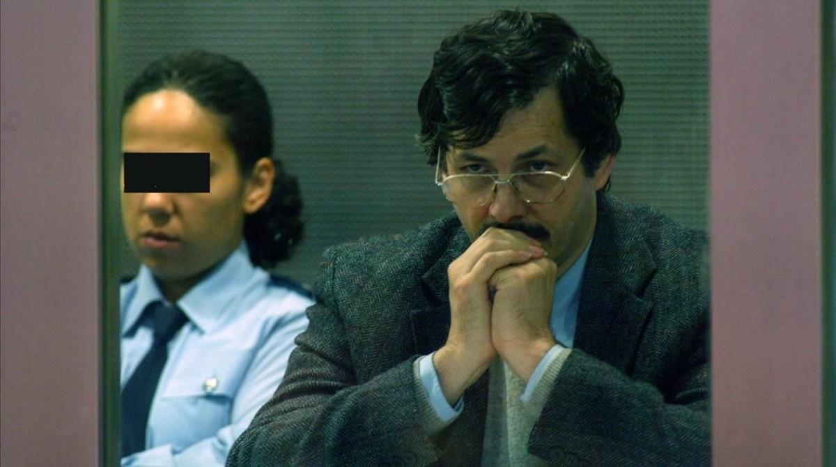 Dutroux (derecha), sentado en el tribunal de la ciudad belga de Arlon, en el último día de su juicio, el 22 de junio del 2004.