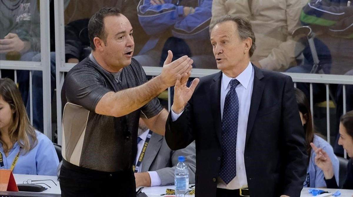 Discutiendo con un árbitro, en una imagen clásica, aquí como entrenador del Gran Canaria, el pasado domingo contra el Real Madrid