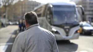 El chófer J. M., ayer, en el centro de Barcelona.
