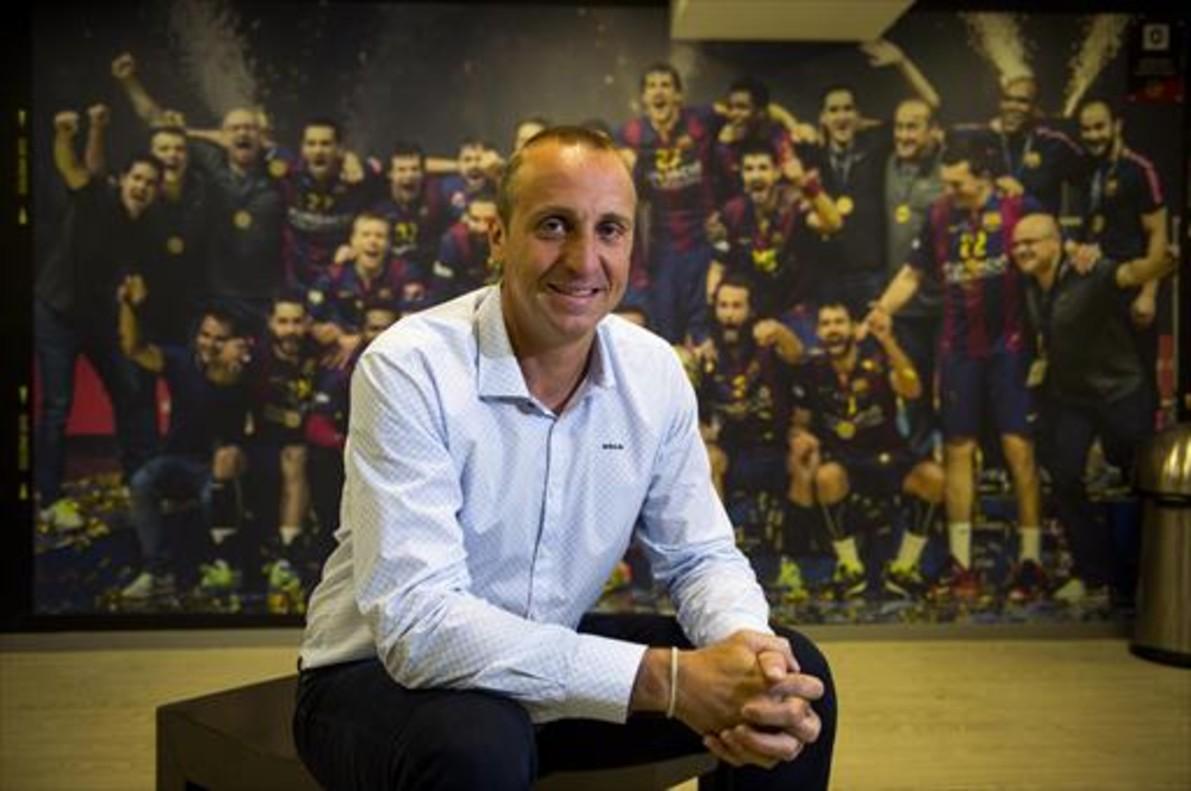 Barrrufet posa con la imagen del Barça 2015 que ganó la Champions al fondo<br/>