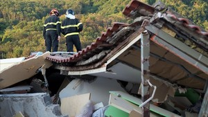 undefined39766388 italian firemen search through rubble of a collapsed house i170822103033