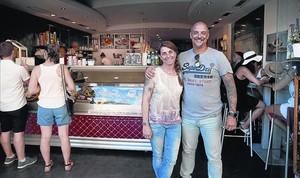 Con gustos originales 8 Gemma Ramírez y César Giménez, en su heladería de la calle de Provença.