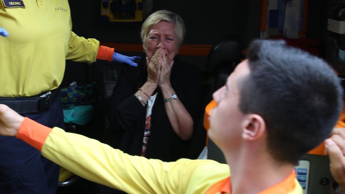 Una señora herida durante la carga policial en el CAP Maragall, de Barcelona, donde se han instalado mesas.
