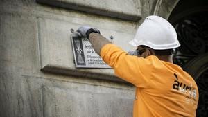 Treballs de retirada de les plaques franquistes dels edificis