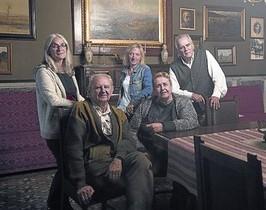Vilarasau y otros responsables de Maragall a casa en la casa-museo.